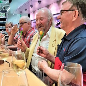 Lasihytti Pirkka viinin maistelua