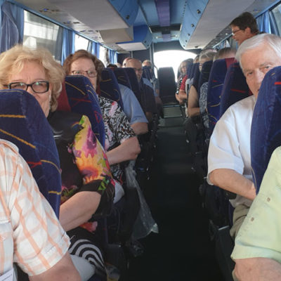 Savo-Karjalan K-seniorit matkustivat Kesäkokoukseen Helsinkiin yhdessä Lahden kerholaisen kanssa.  Kummastakin kerhosta oli mukana hieman yli 20 osallistujaa ja bussi siten lähes täynnä.